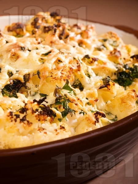 Вкусен вегетариански карфиол огретен с прясно мляко, яйца, сирене и кашкавал на фурна - снимка на рецептата
